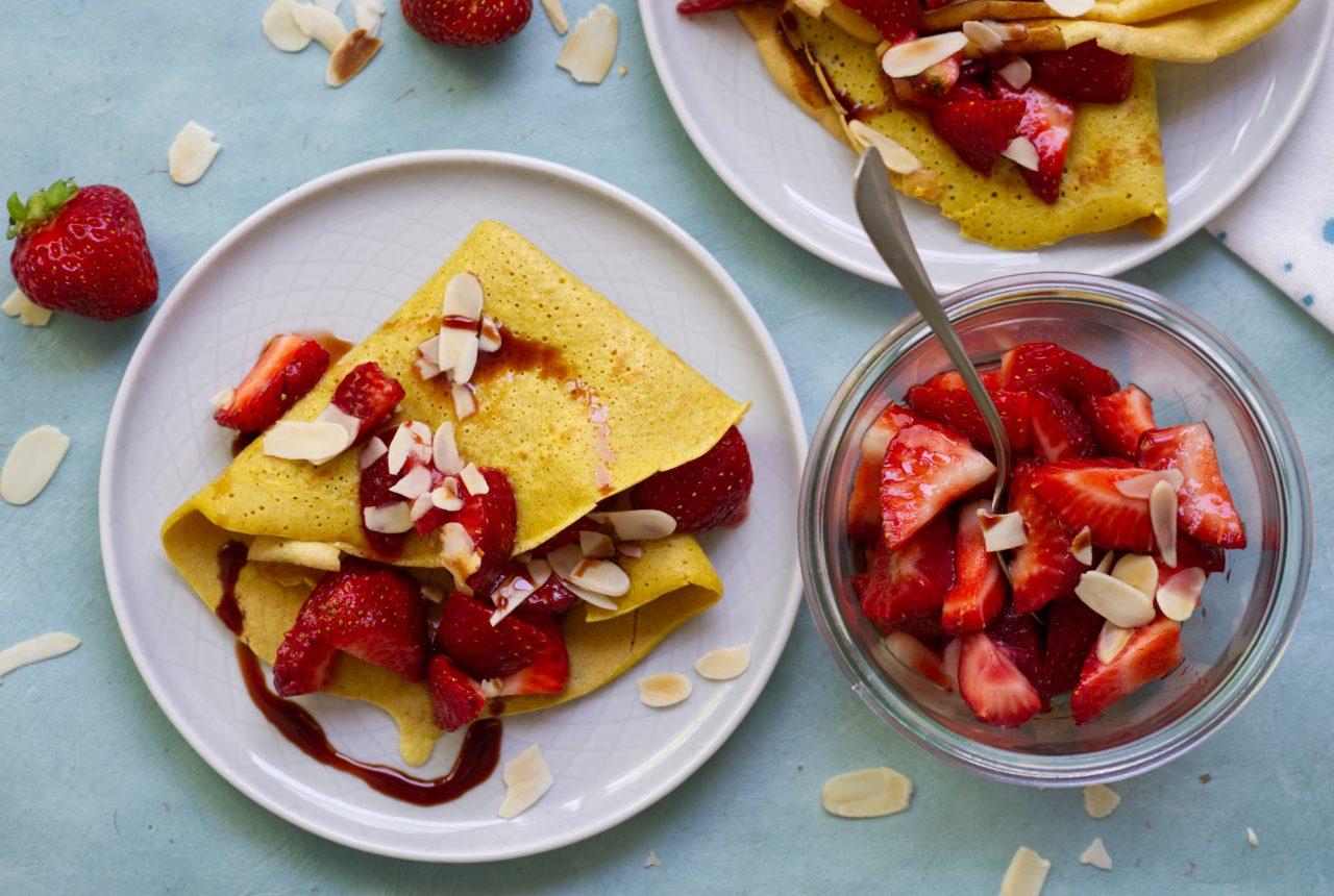 Kurkumapfannkuchen mit Erdbeeren