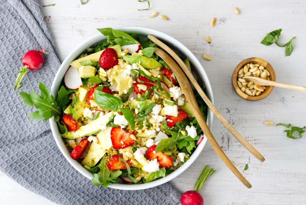 Bunt, gesund, Salat, Erdbeeren, radieschen, Pinienkerne