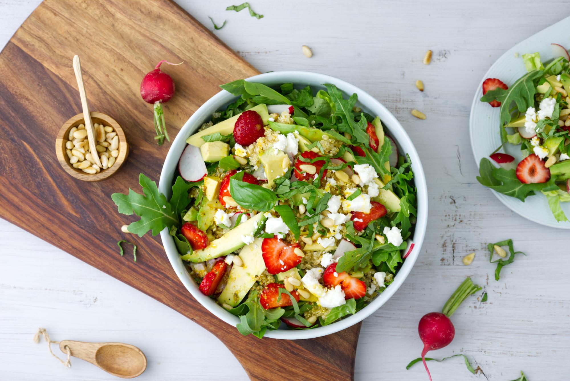 Avocado, Salat, Erdbeeren, Radieschen in eine Schale