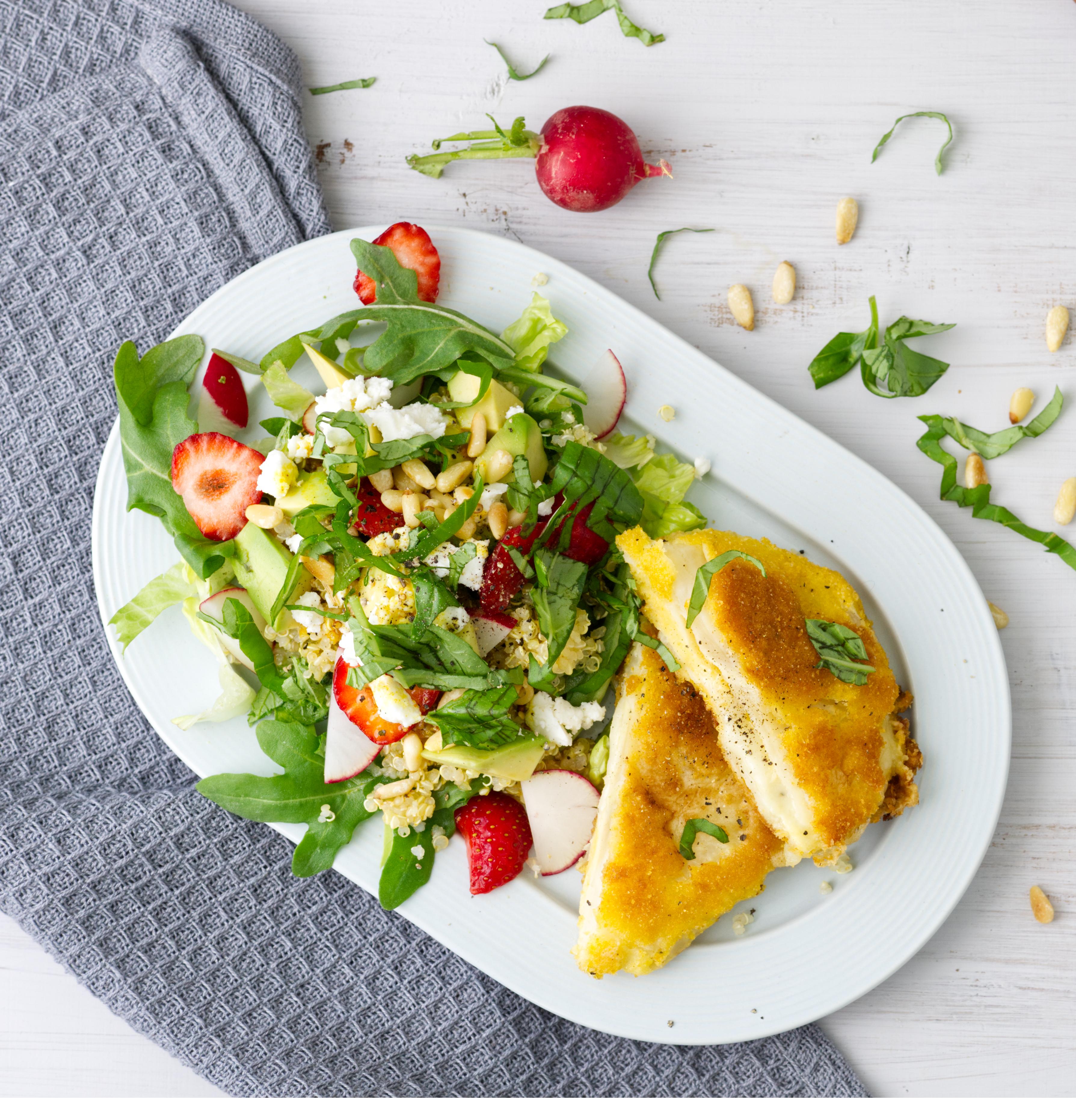 gefüllte Selleriescheiben, paniert mit Dinkelsemmelbrösel mit Salat