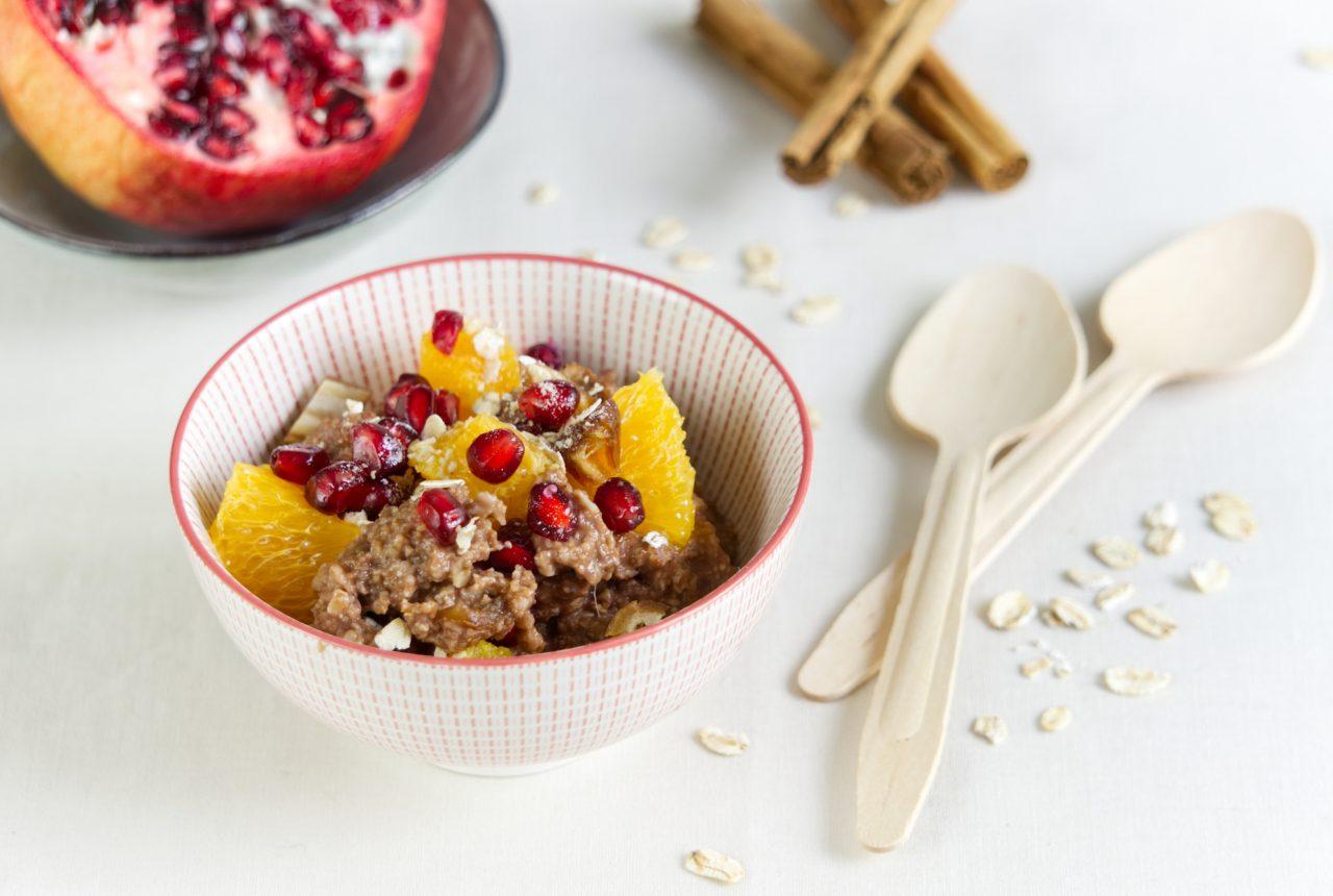 Schoko-Zimt-Porridge mit Orangen und Granatapfel