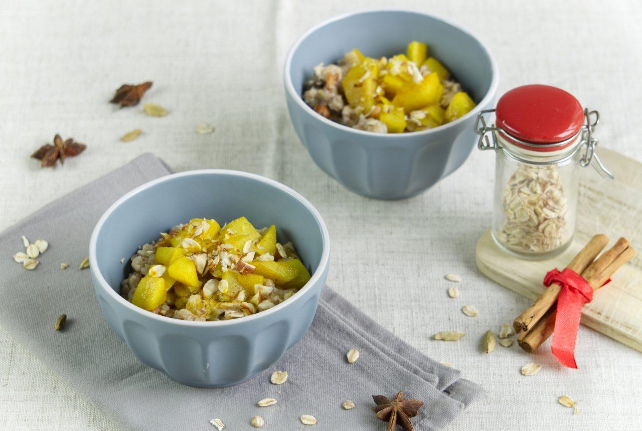 Ayurvedisches Hafer-Porridge mit Birnenkompott