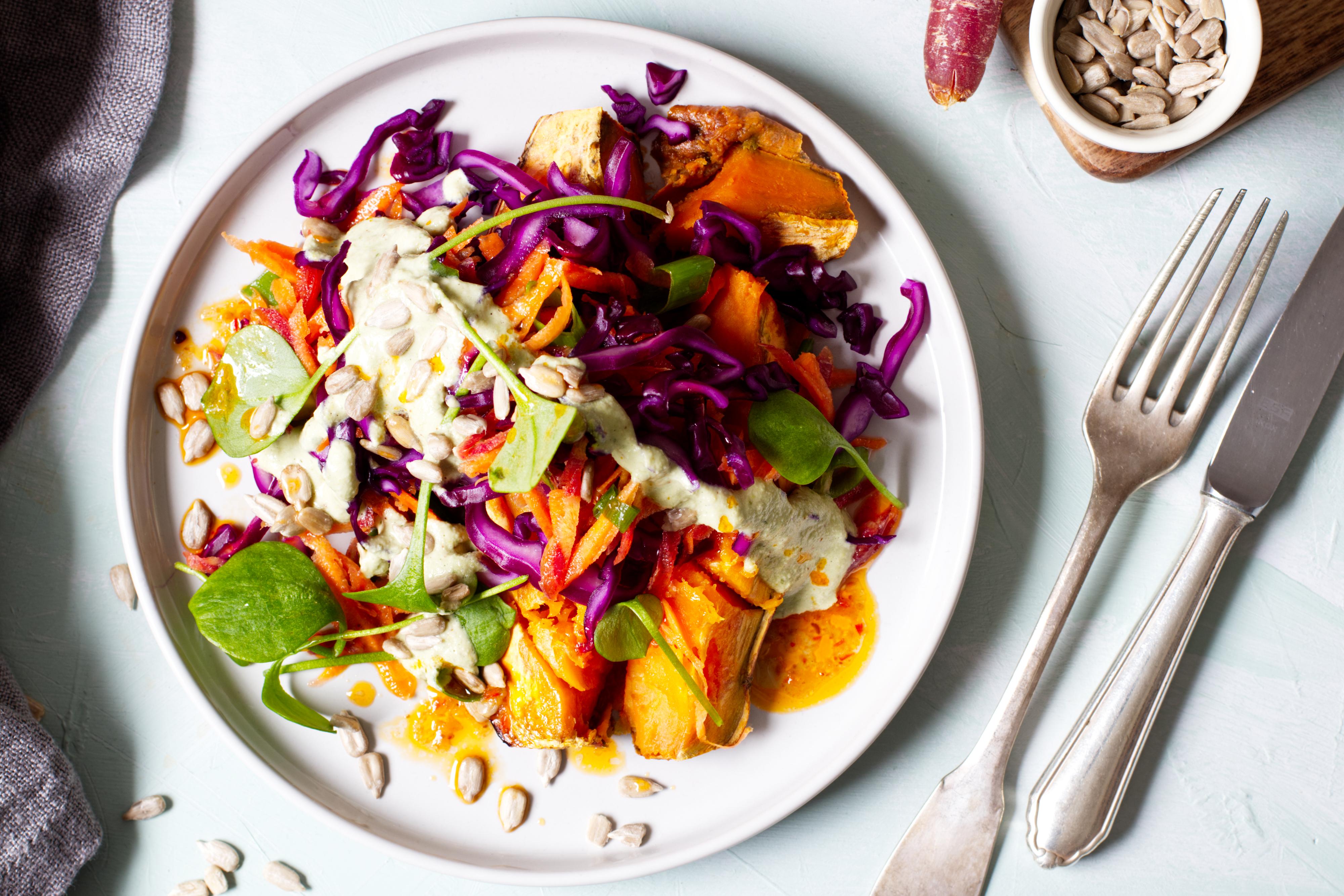 Basenfasten-Rezept Gebackene Süßkartoffel mit Gemüse-Topping