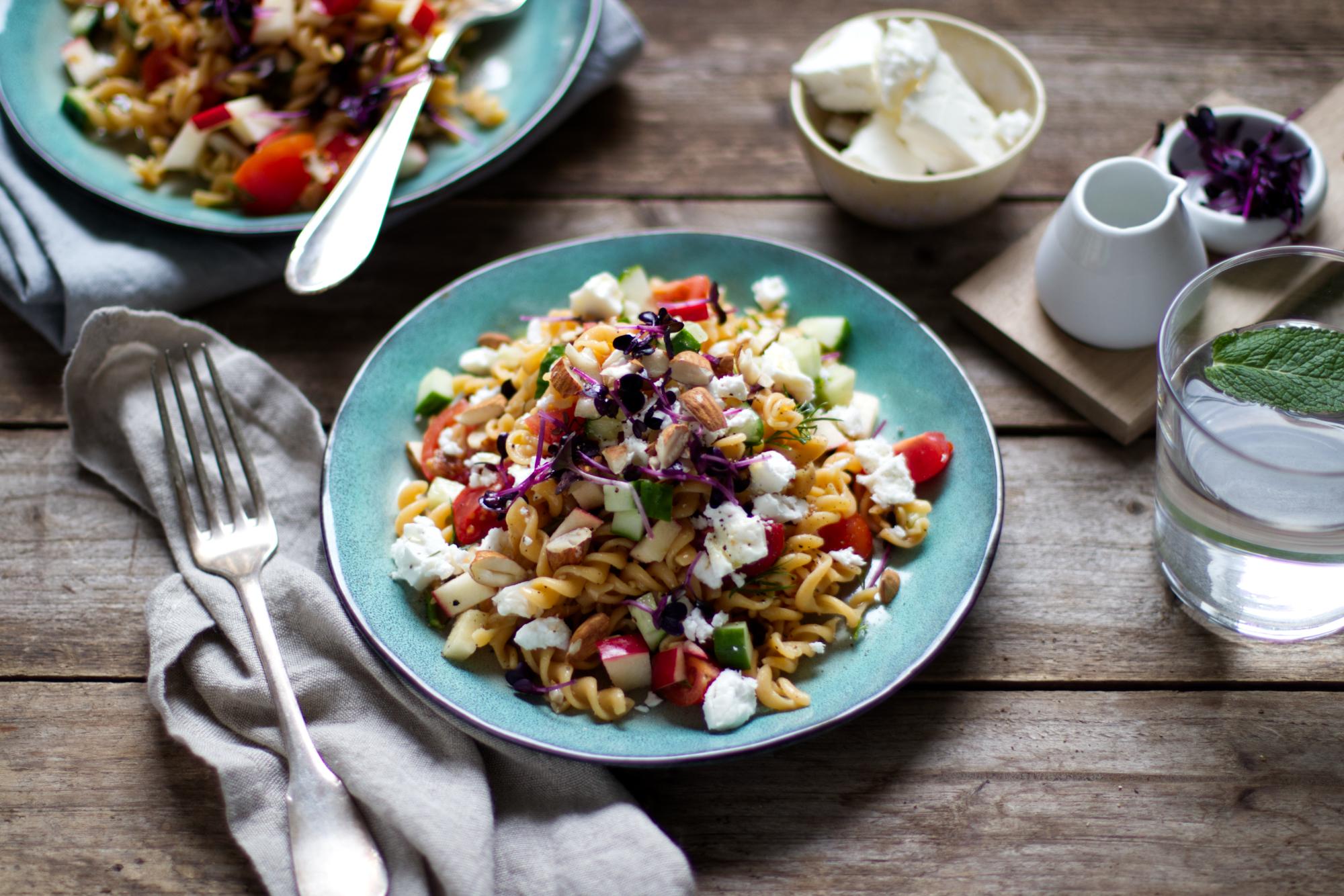 Essen nach dem Sport: Linsennudel-Salat mit Feta und Tomaten