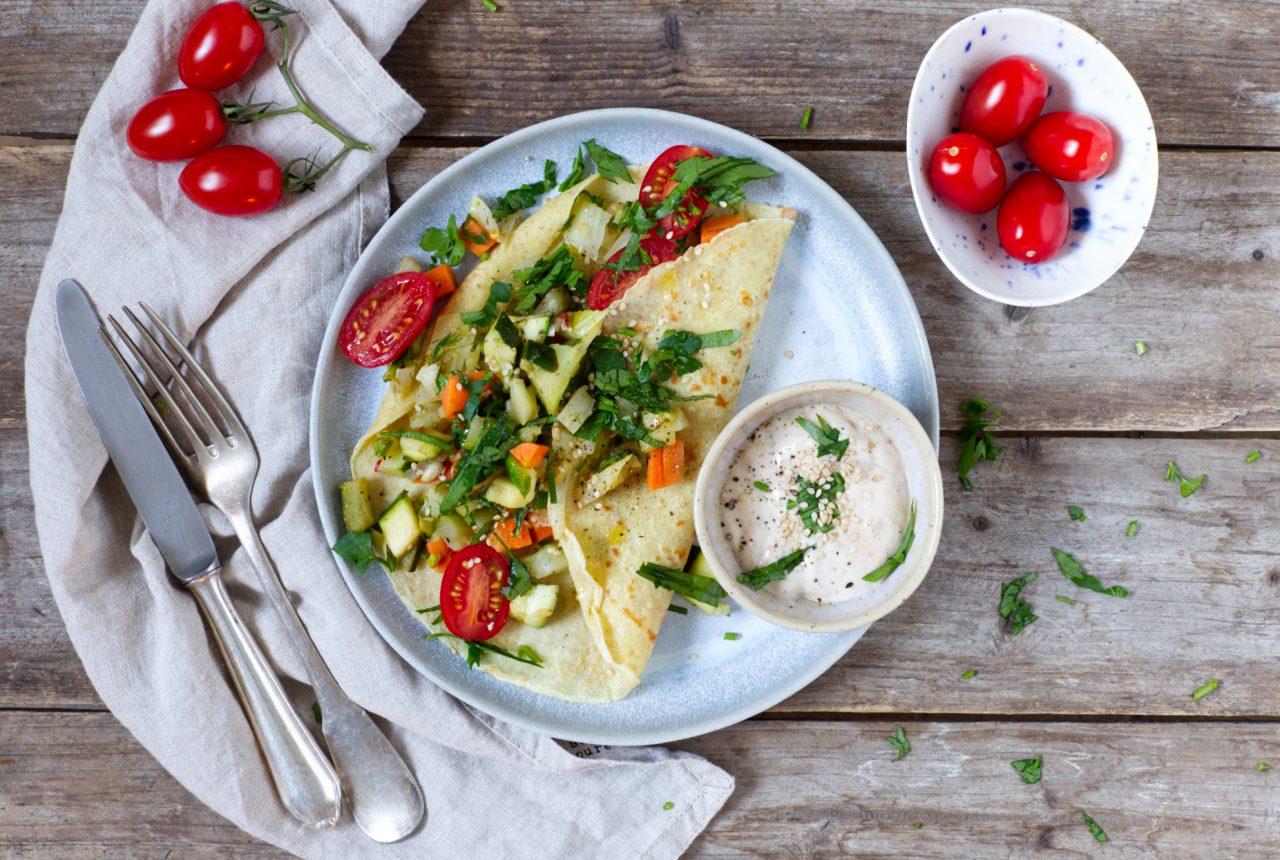 Dinkelpfannkuchen mit Gemüse und Sesamsauce