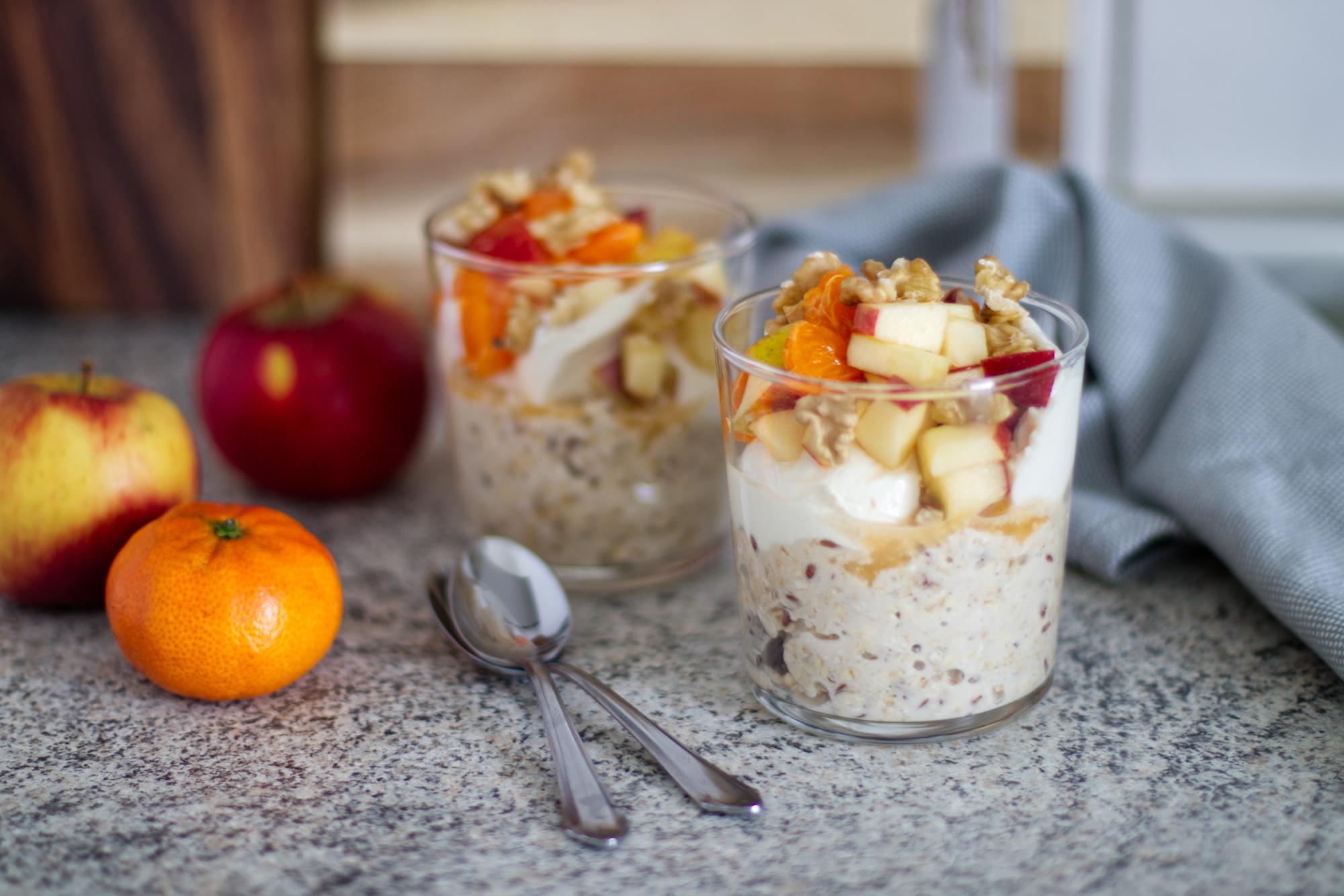 Overnight Oats mit Sojajoghurt und Obst