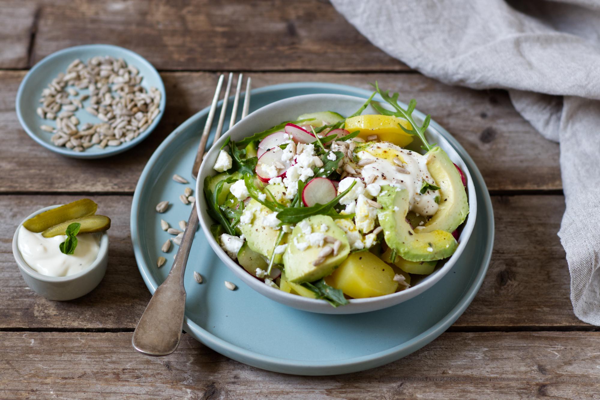 Kartoffel-Gurken-Bowl mit Feta und Avocado