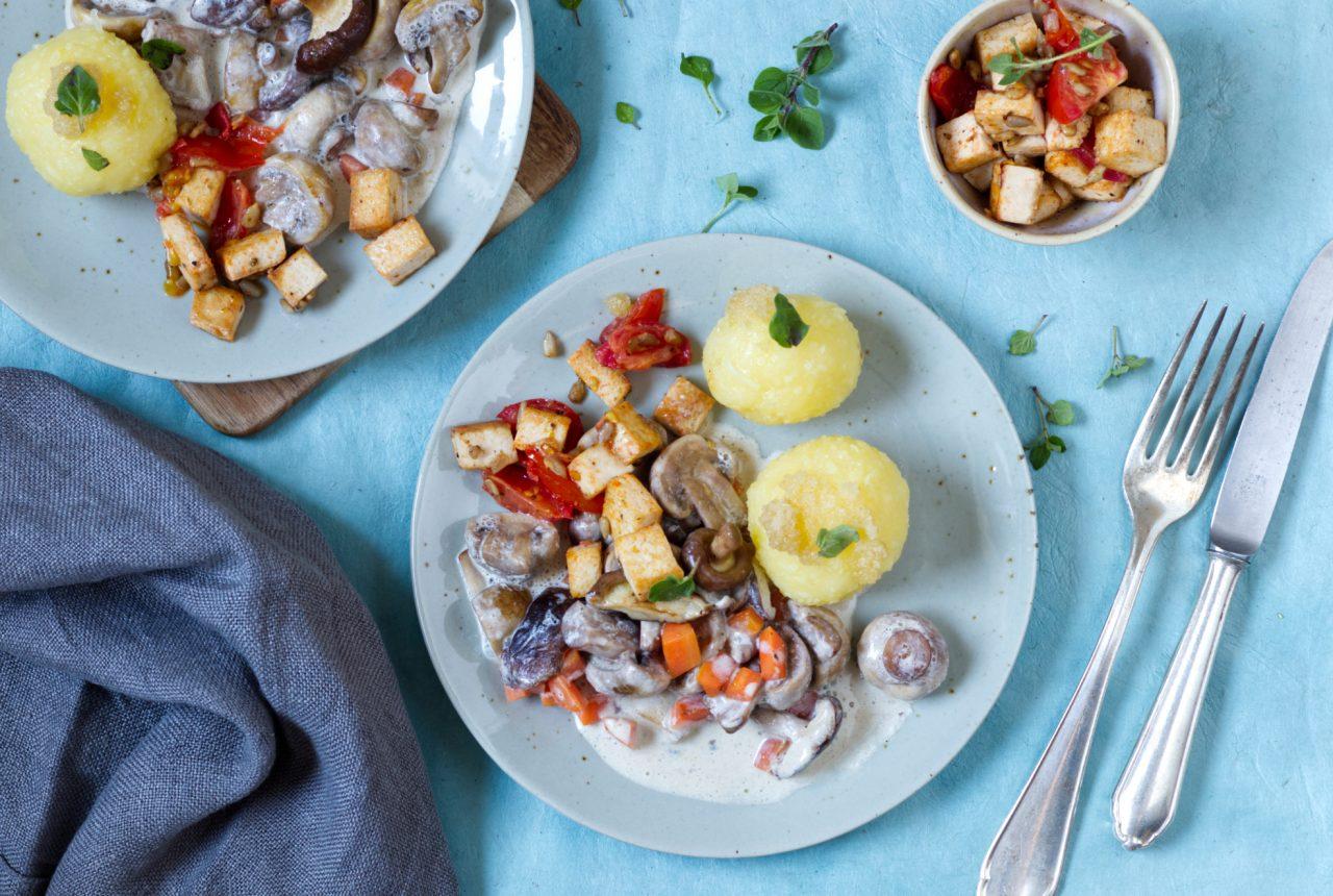 Pilzragout mit Tofu und Kartoffelklößen