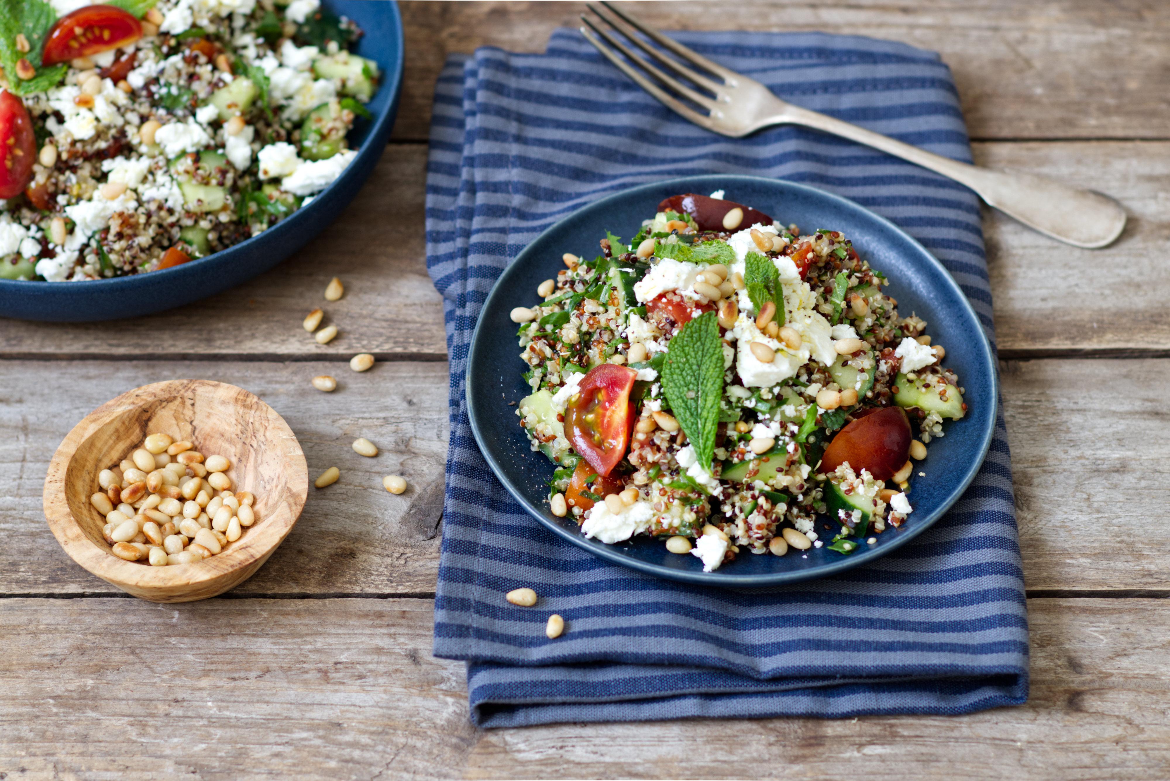 Quinoa-Tabouleh mit Feta und Pinienkernen