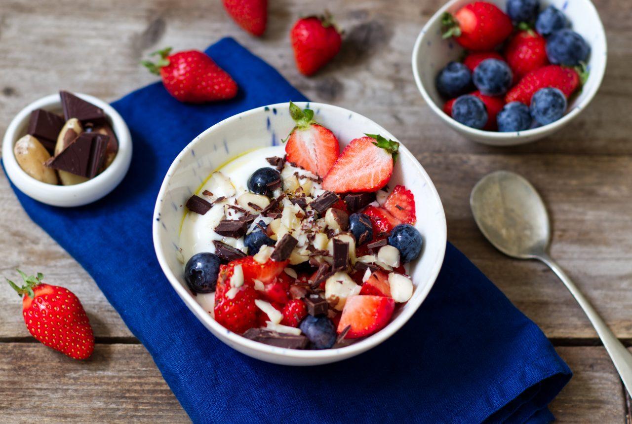 Sojajoghurt mit mit Erdbeeren, Heidelbeeren, Schokolade