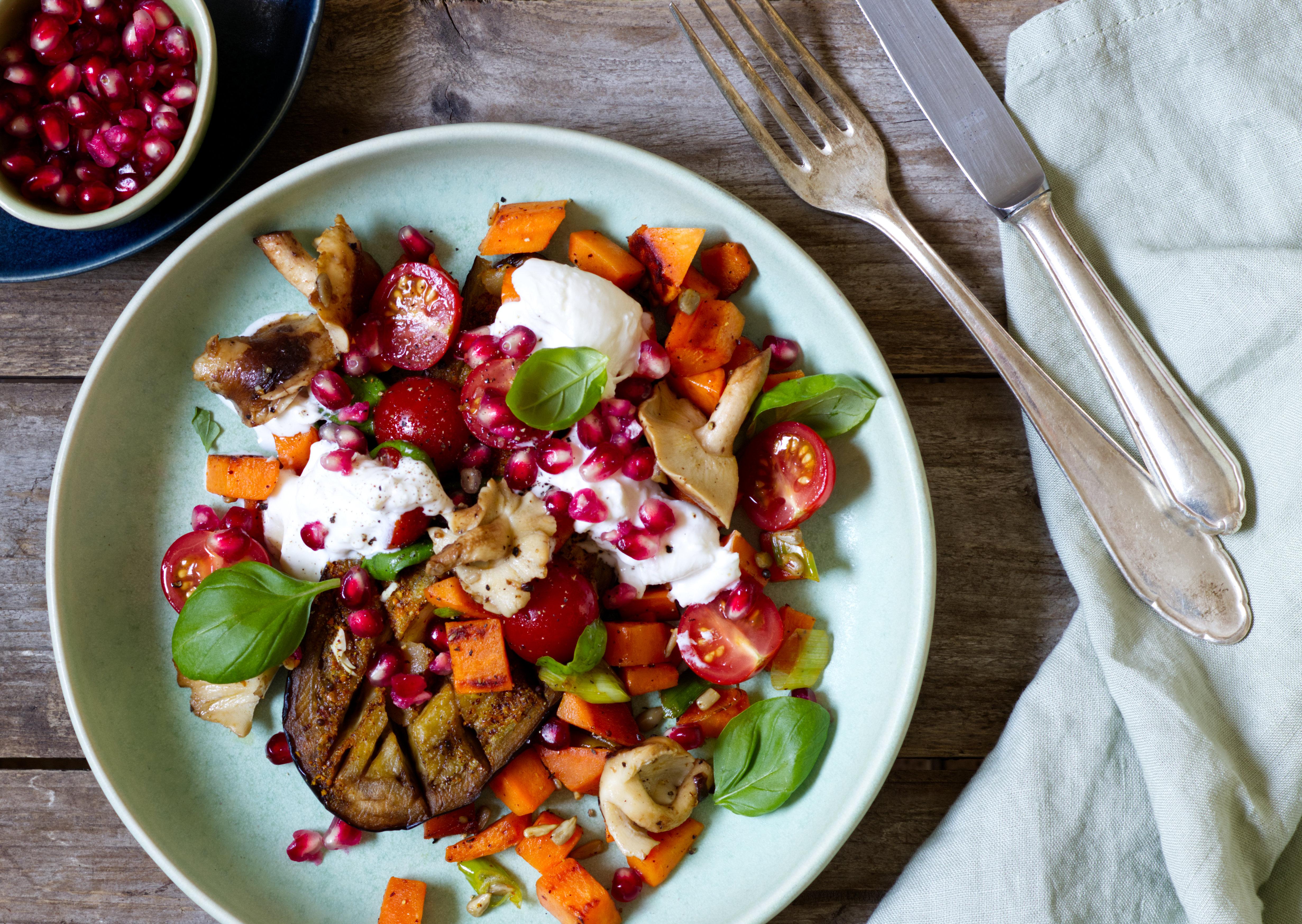 Gebackene Aubergine mit Süßkartoffel, Shiitakepilze und Burrata