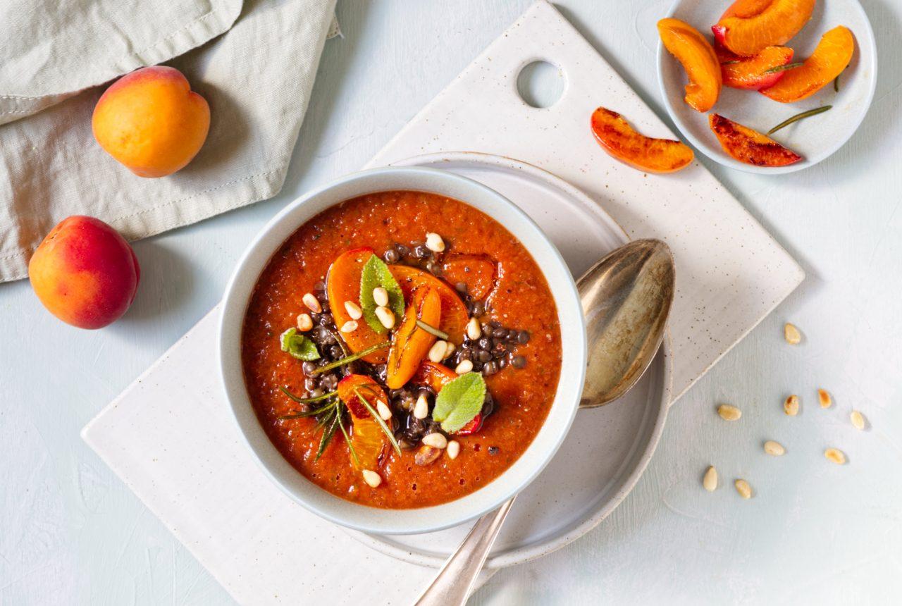 Kalte Tomaten-Aprikosen-Suppe mit Linsen