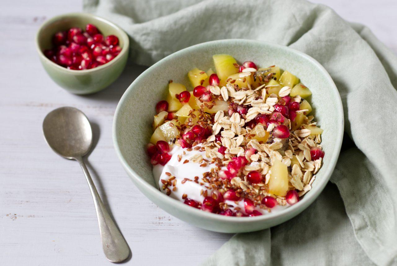 Kokosjoghurt mit Kiwi, Granatapfel und Haferflocken