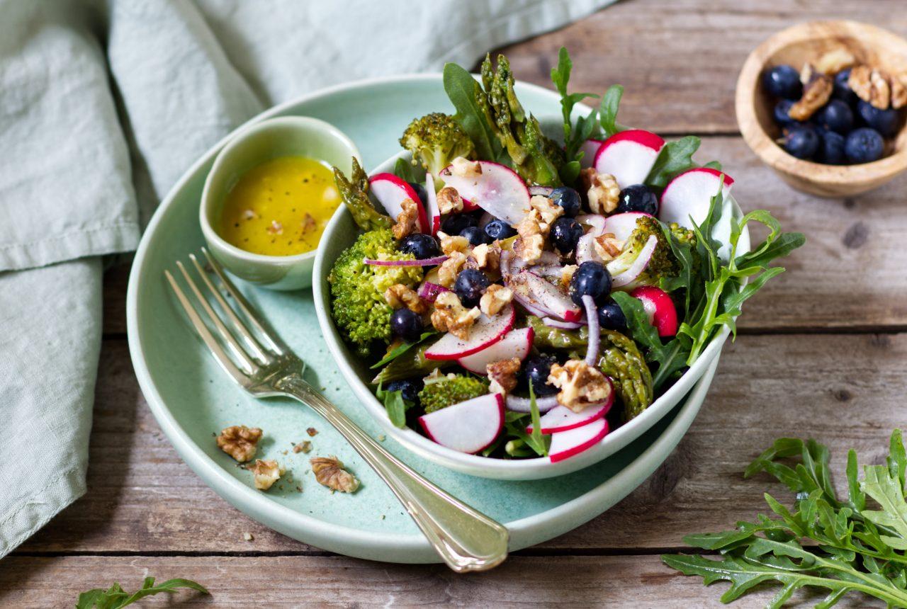Sirtfood-Bowl mit Brokkoli, Spargel und Heidelbeeren