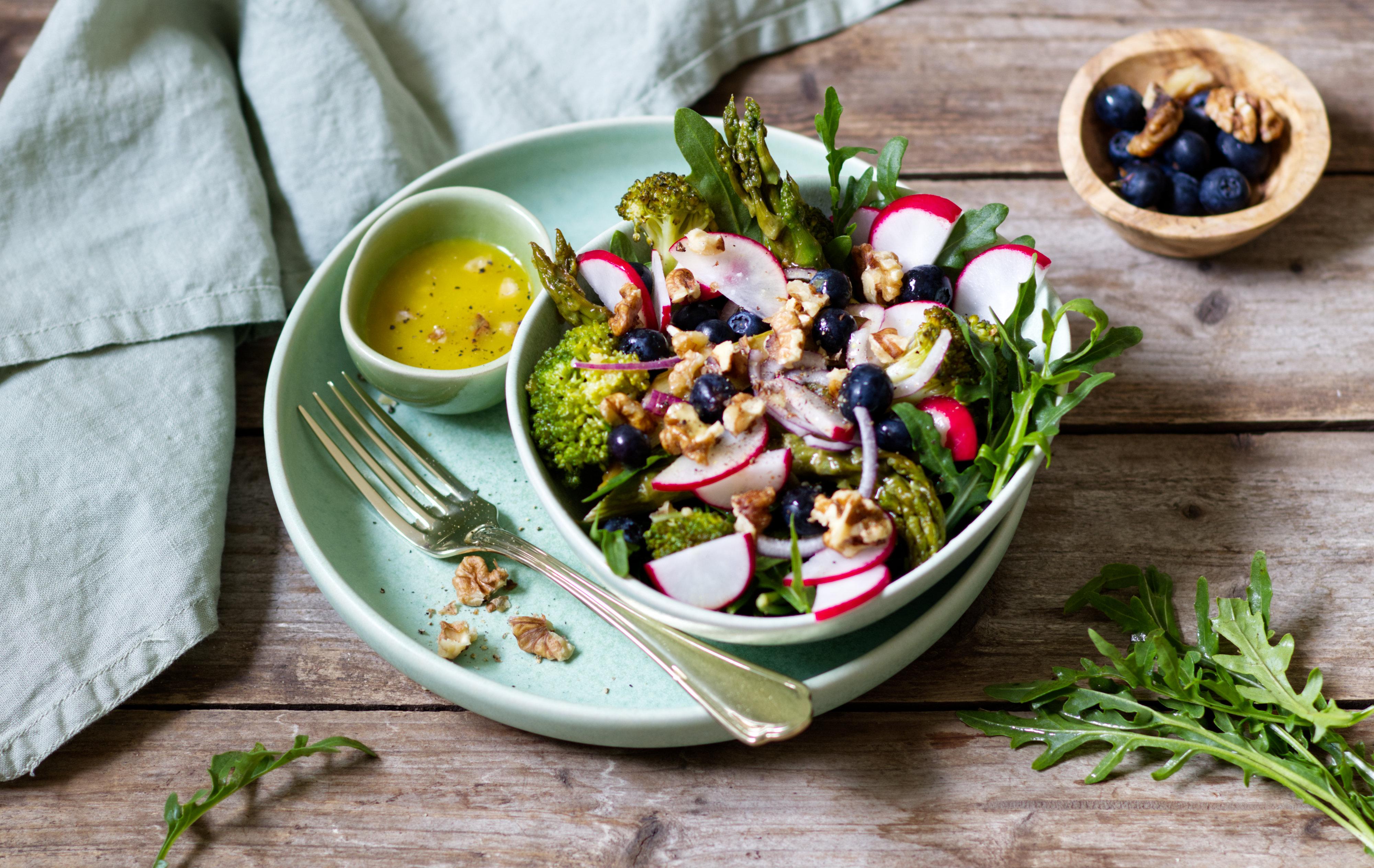 Spargel-Brokkoli-Salat mit Heidelbeeren