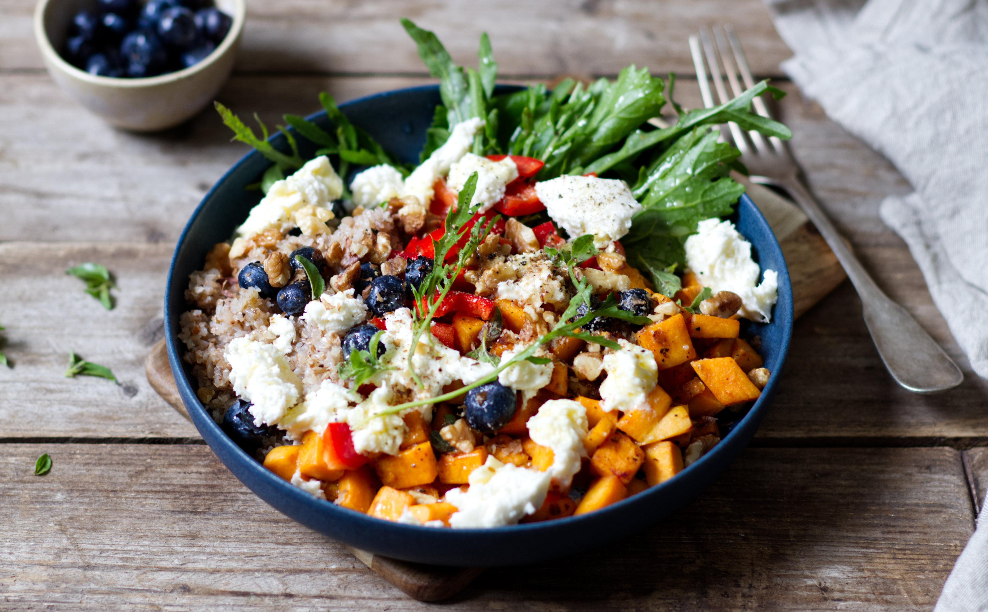 Süßkartoffel-Bowl mit Bulgur, Mozzarella und Heidelbeeren