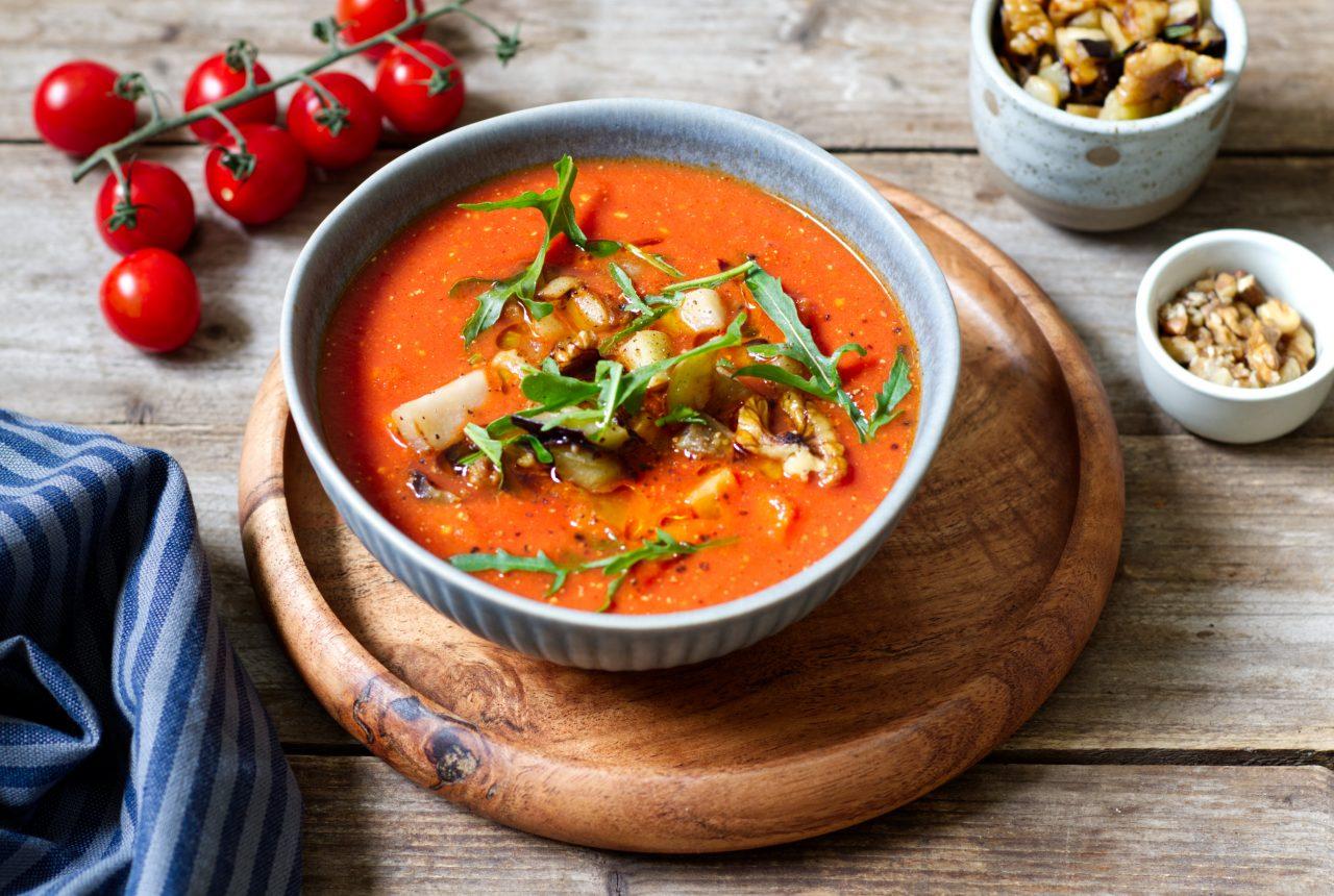 Tomatensuppe mit Auberginen und Walnusskerne