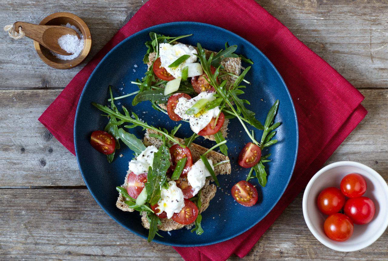 Sauerteigbrot mit Tomaten und Burrata