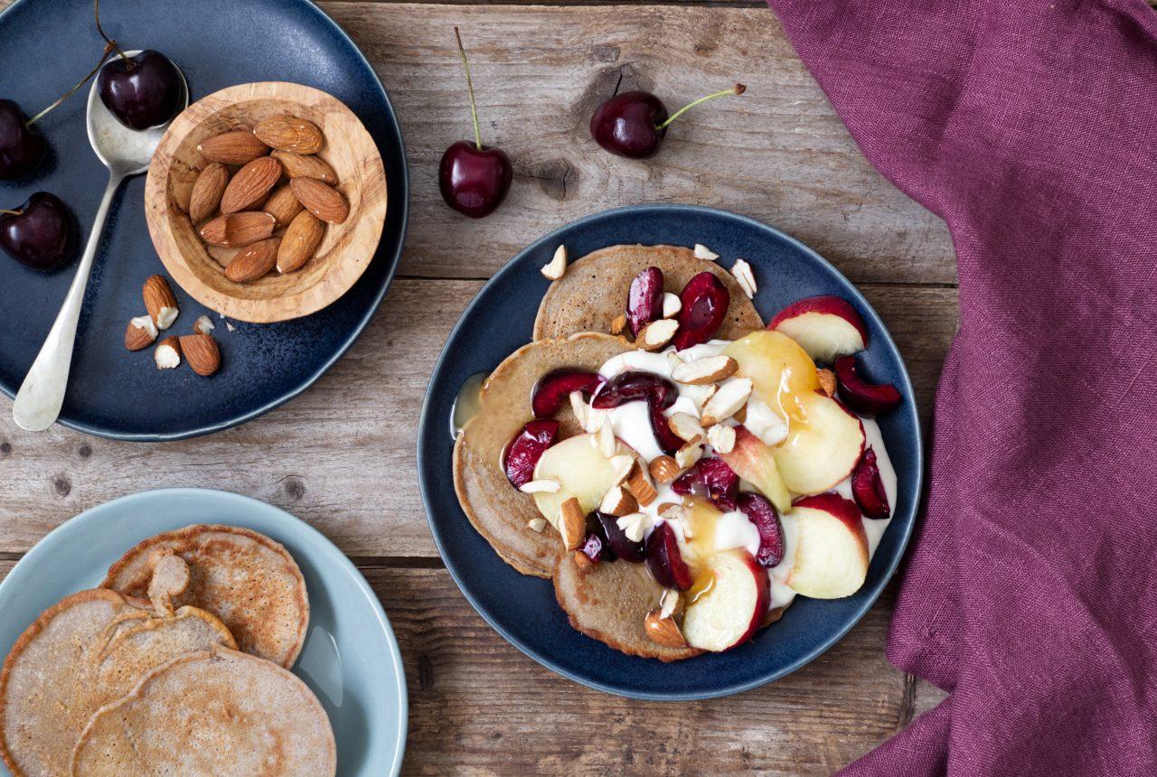 Buchweizenpfannkuchen mit Kirschen und Pflaumen