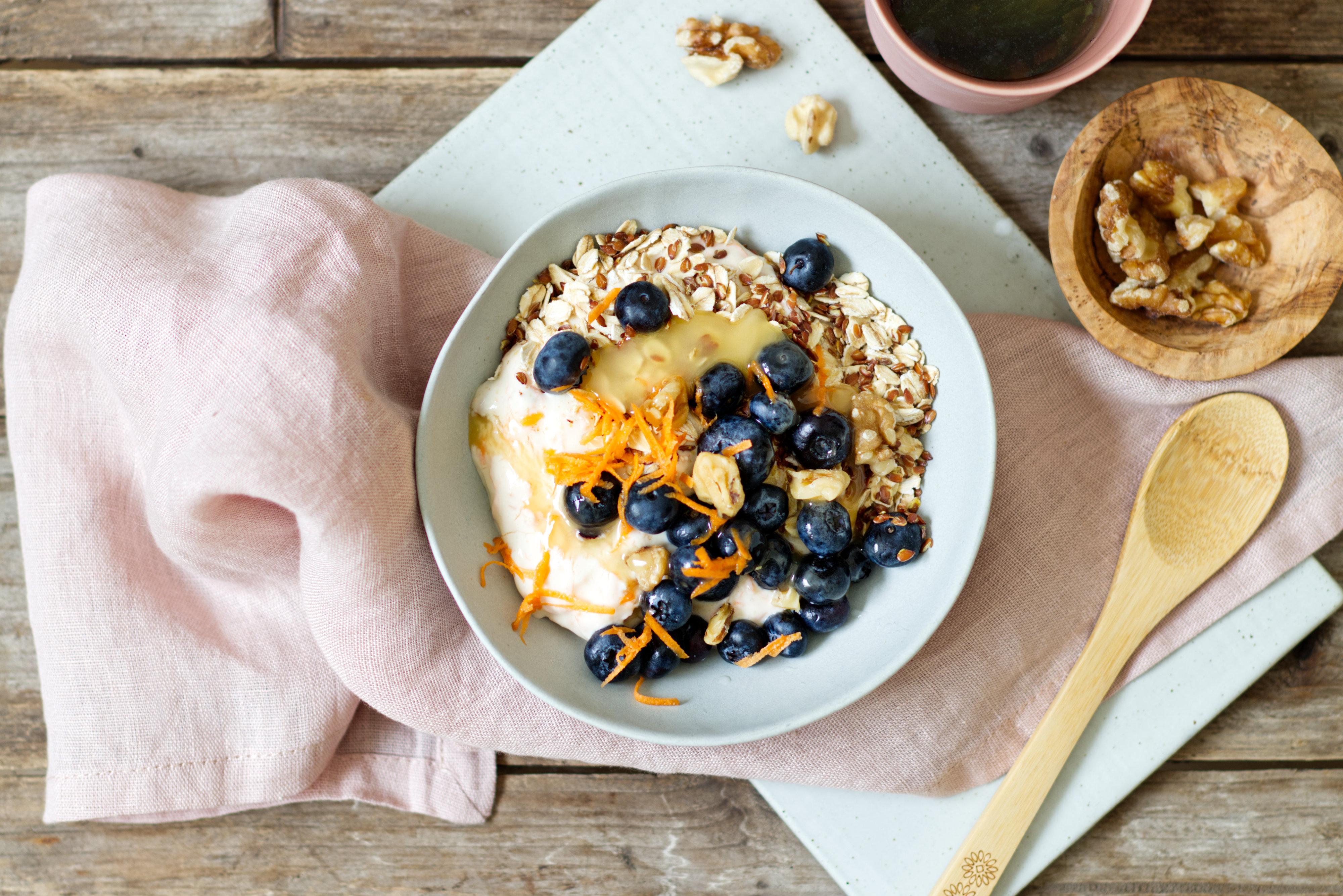 Möhren-Nuss-Sojajoghurt mit Heidelbeeren und Haferflocken