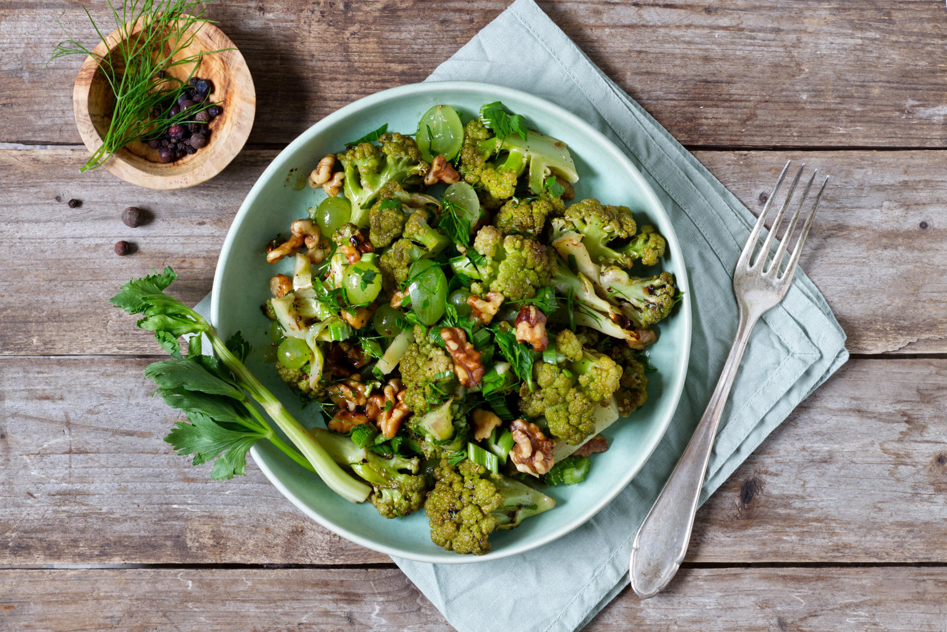 Blumenkohlsalat mit Sellerie, Trauben und orientalischem Dressing