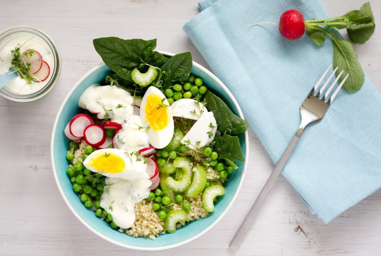Bowl mit Quinoa, Ziegenkäse, Ei und Kresse-Joghurt-Dip