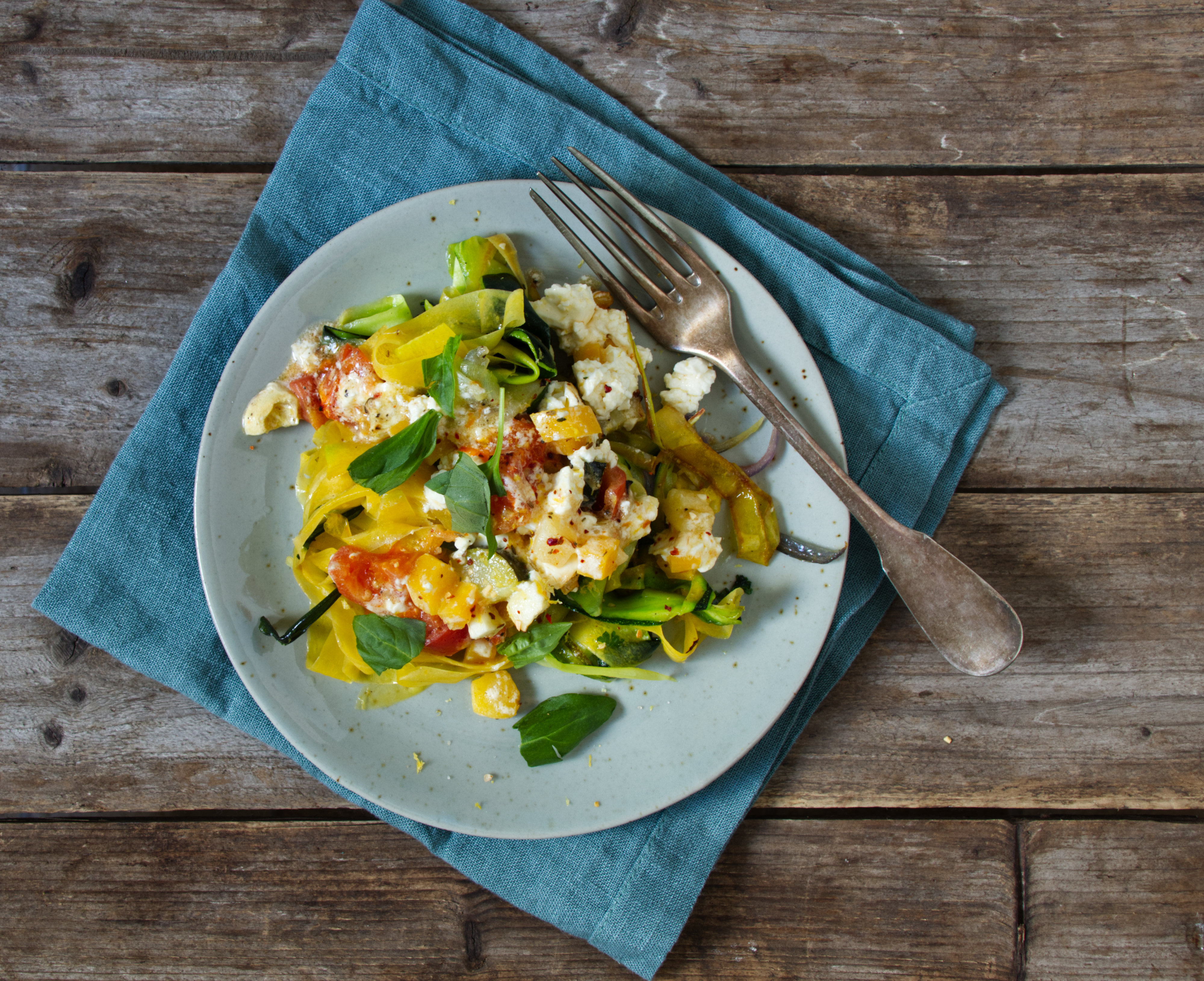 Gemüsenudeln mit Ofen-Feta