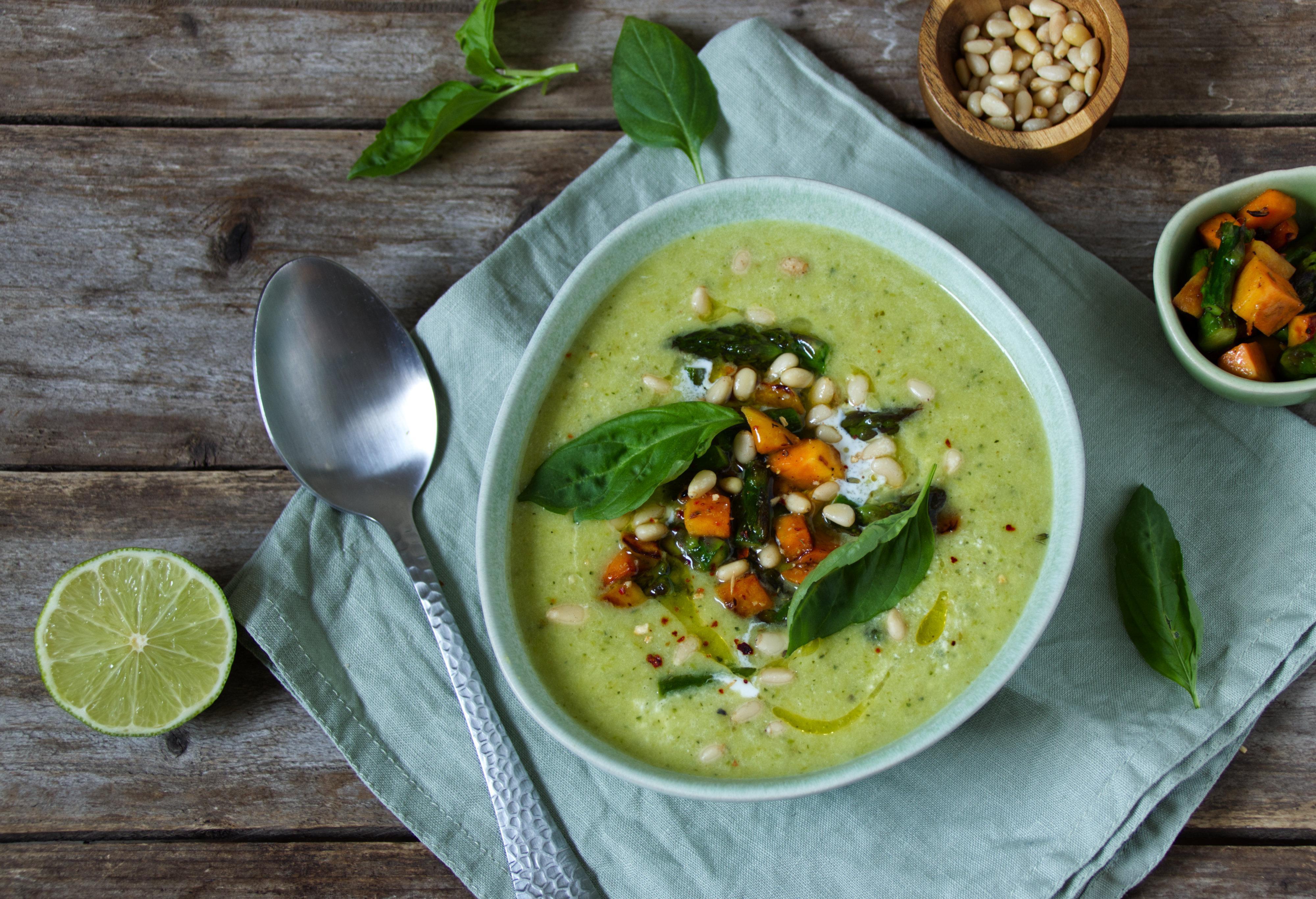 Grüne Spargel-Zucchini-Suppe mit Süßkartoffel-Topping