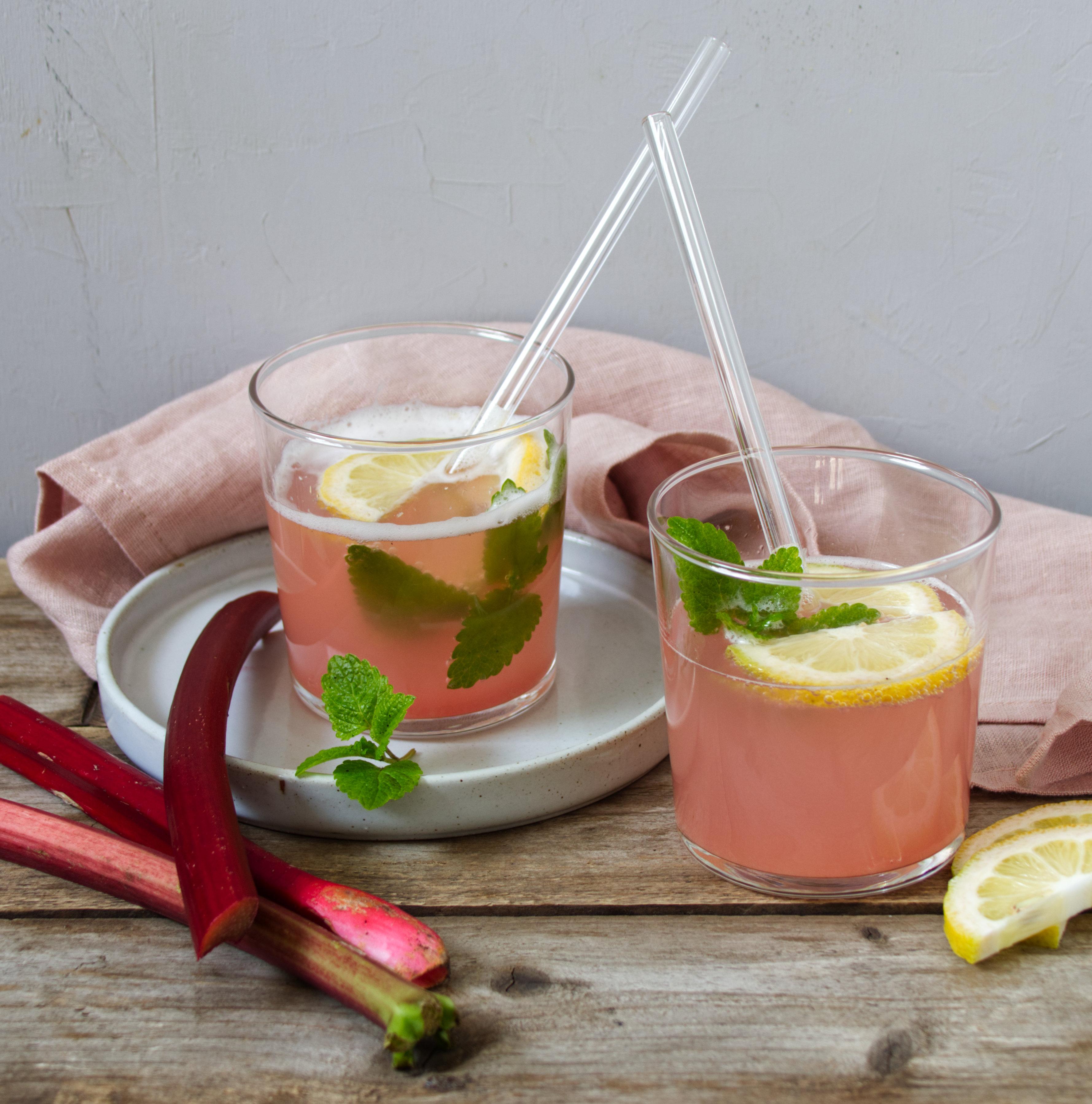 Rharbarbersirup und ein erfrischender Sommerdrink