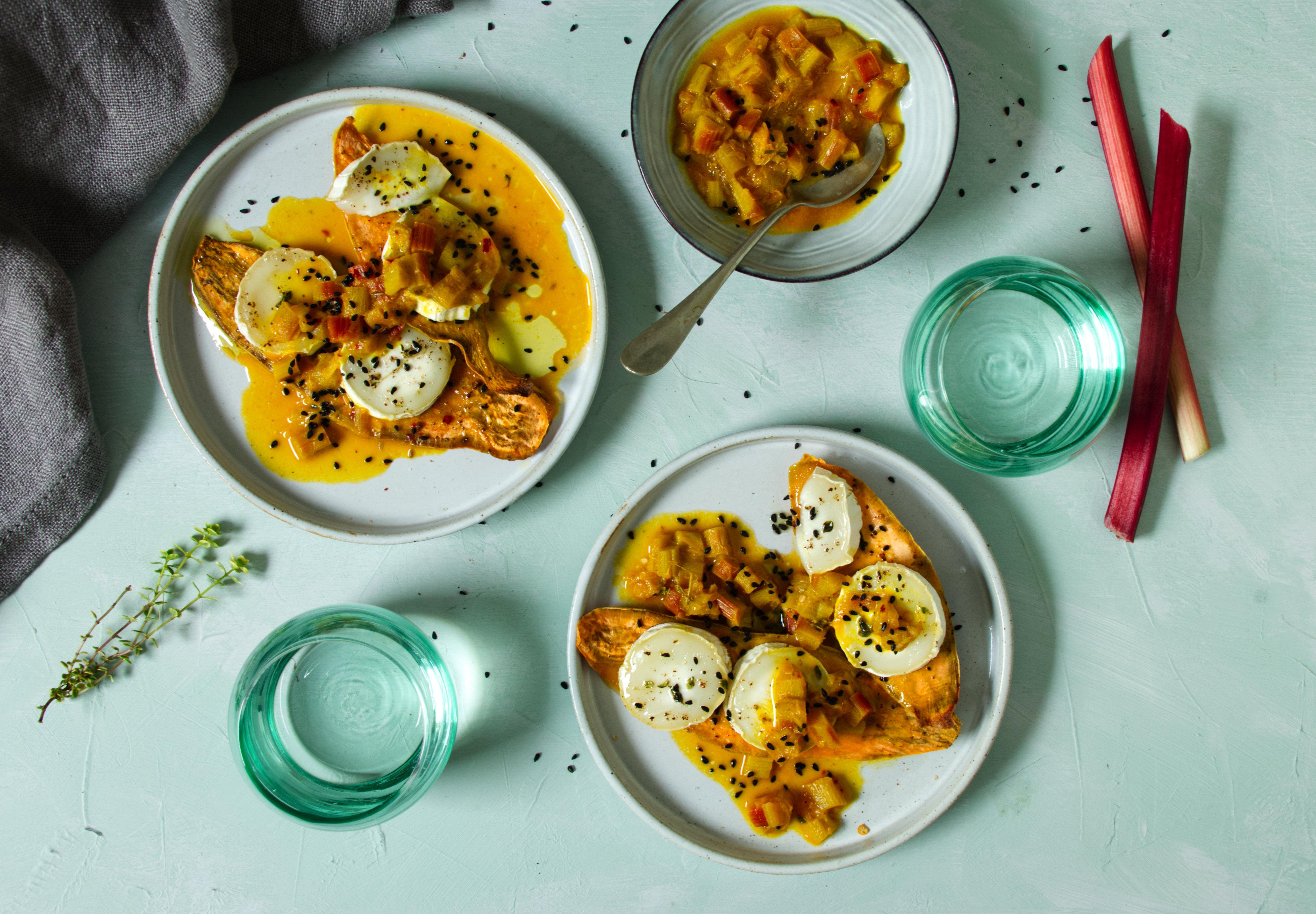Süßkartoffeltoast mit Ziegenkäse und Rhabarber-Chutney