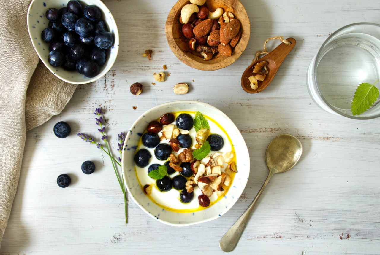 Quark mit Joghurt, Heidelbeeren und Nüssen