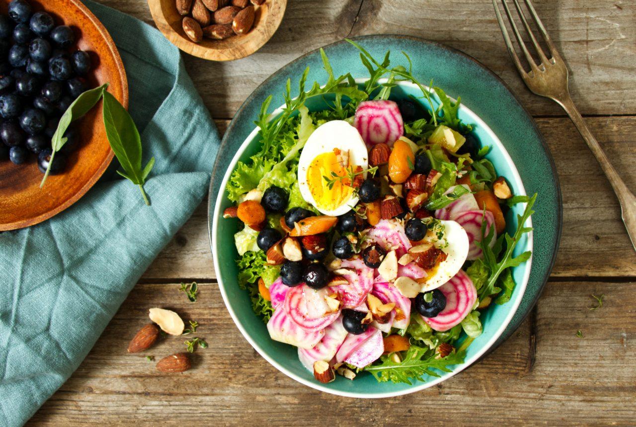 Gemüse-Salat mit Eiern, Heidelbeeren und Ringelbete