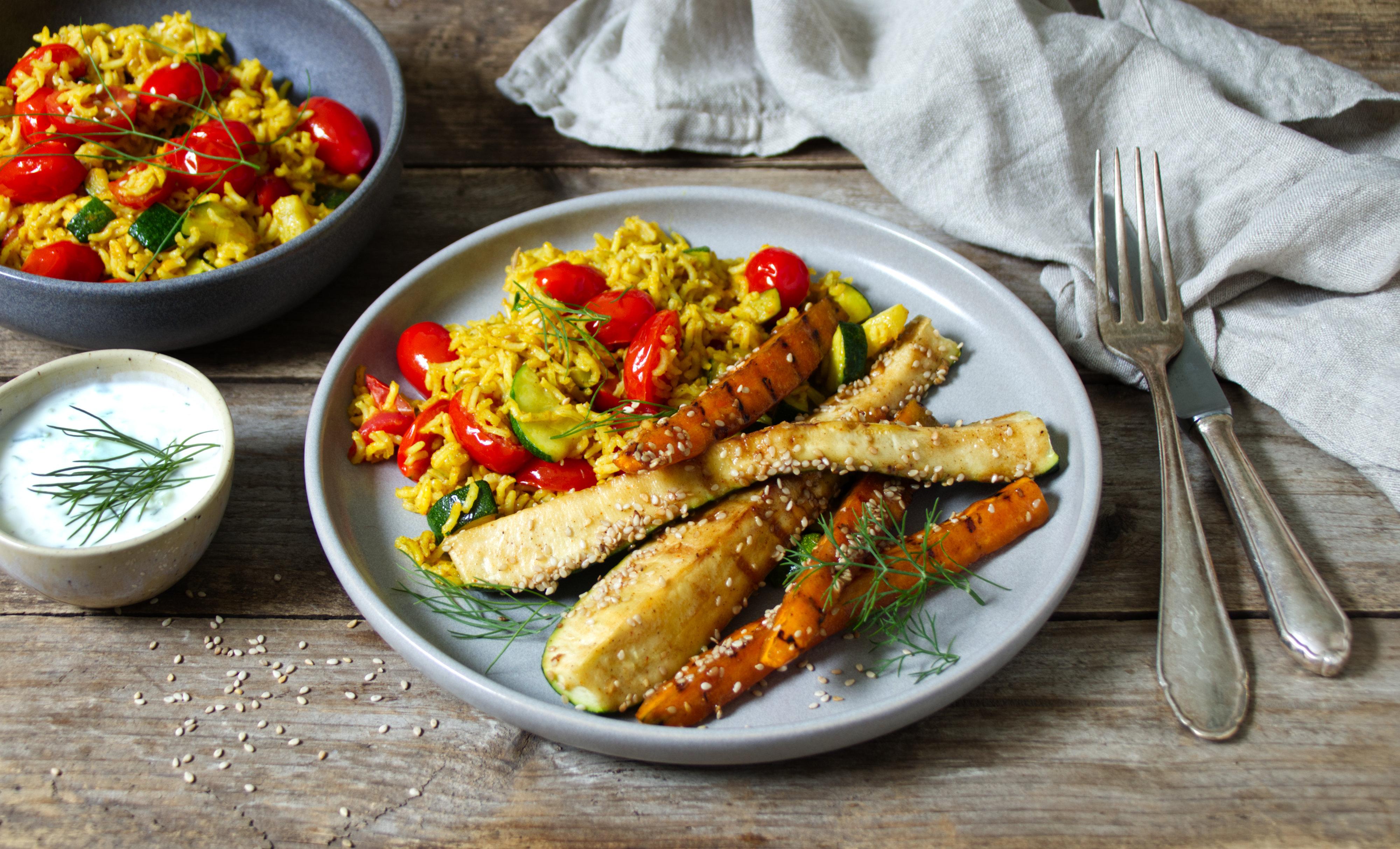 Glasiertes Gemüse zu Reis und Tzaziki