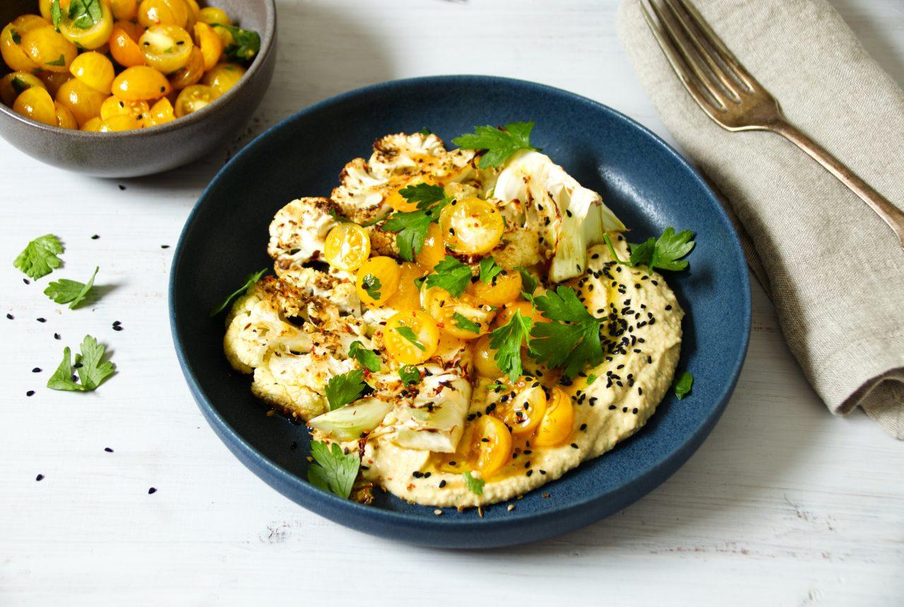 Blumenkohlsteak auf Hummus mit Tomatensalat