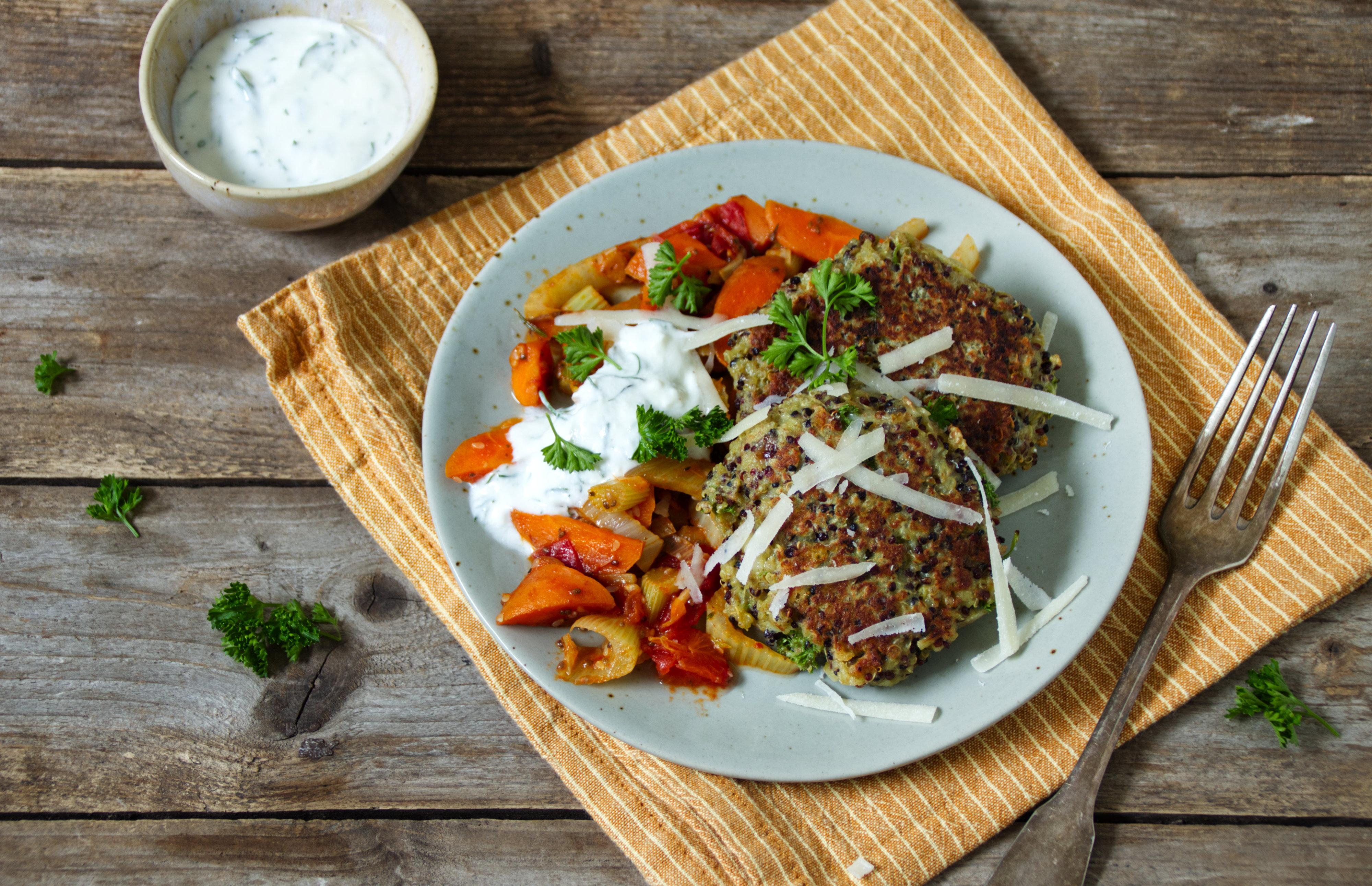Käse-Quinoa-Bratlinge auf Pfannengemüse